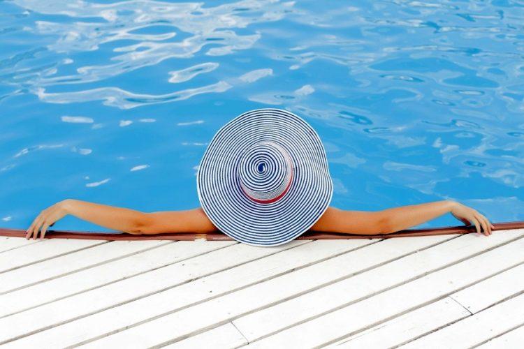 Piscine-detente-chapeau-bord-eau