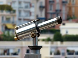 Telescope-observation-maisons-paysage-urbain